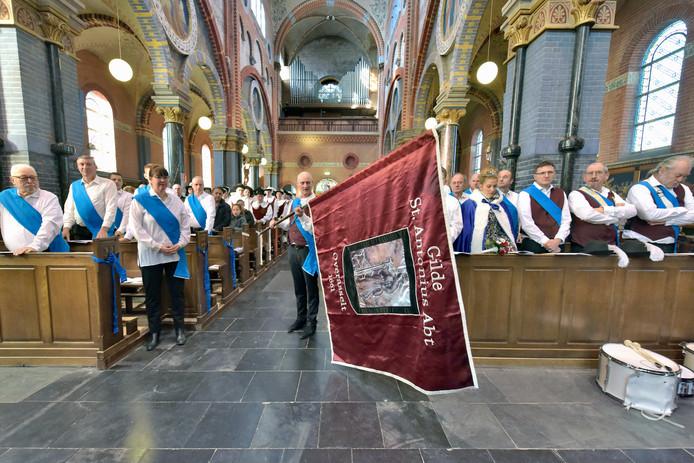 Het Anthoniusgilde heeft zijn vaandel ingewijd gekregen door de pastoor.