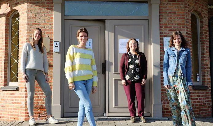 Anne De Meester is opgevolgd door Justine Leboeuf (rechts). We zien op de foto ook collega's Alexia Aelvoet, Jill Bogaert en Philine Callens.