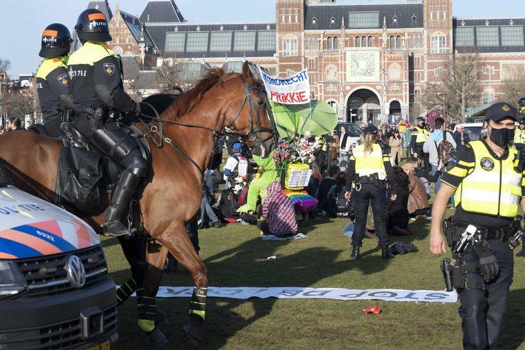 Nadat enkele betogers het bevel om naar huis te gaan negeerden, greep de politie in. Beeld EPA
