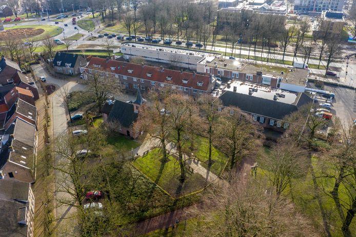 Het Hasseltplein met de kapel. Rechts naast en achter de huizen aan de bovenkant hotel/restaurant De Postelse Hoeve.
