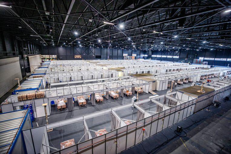 Honderden noodziekenhuisbedden voor coronapatiënten in beurshal Mecc in Maastricht.  Beeld Raymond Rutting / de volkskrant
