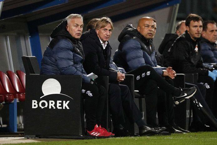 Adrie Koster (tweede van links) op de bank van Willem II. Naast hem assistent-trainer Gery Vink en fysiektrainer Chima Onyeike.