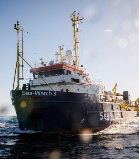Storm koerst af op Nederlands migrantenschip. 'De wanhoop nabij'