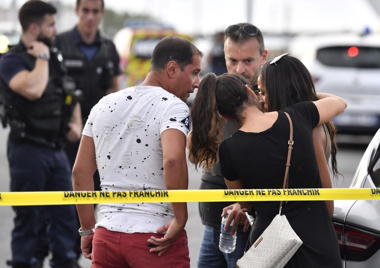 Een getuige wordt getroost bij het metrostation waar de aanval plaatsvond.