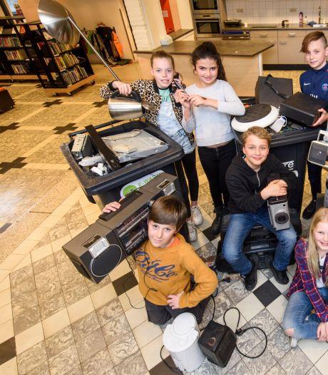 Overvolle kliko's met elektronica bij Eindhovense basisschool De Wilakkers