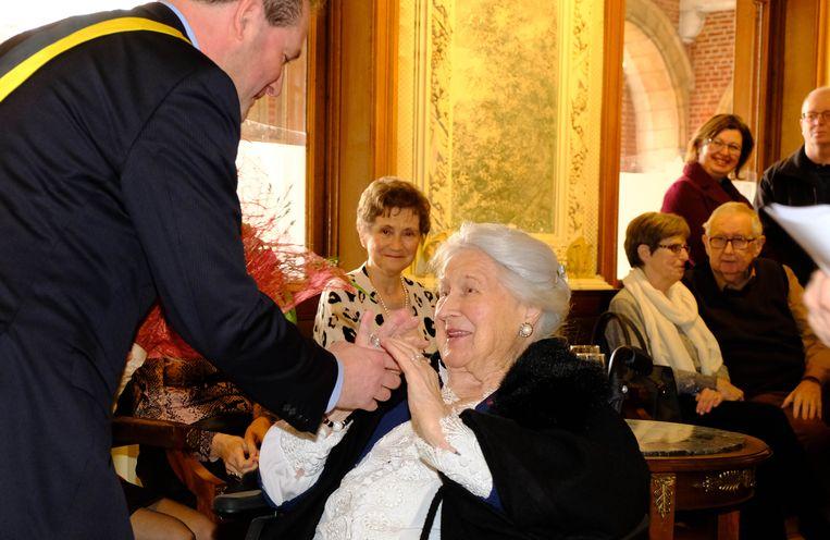 Schepen en waarnemend burgemeester Eric Janssens feliciteert Anneke
