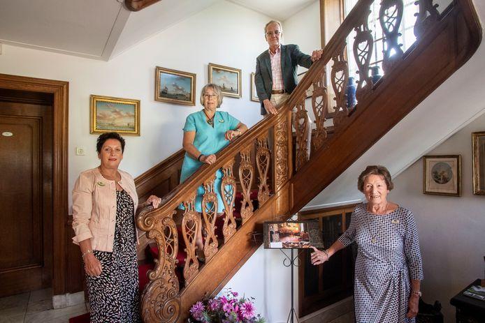 Drie vrijwilligers met van links naar rechts Anne-marie Laarhuis, Marian Damen en Truus ter Hofstede met  beheerder Daan van Mierlo.