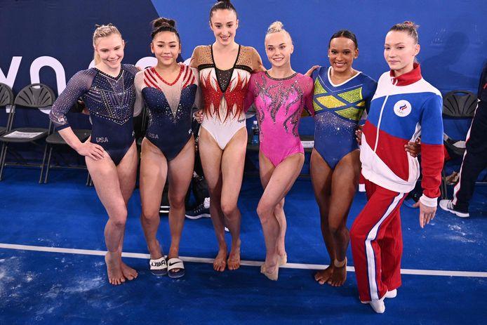 Derwael met de andere dames van groep 1. vlnr: Jade Carey, Sunisa Lee, Nina Derwael, Angelina Melnikova, Rebeca Andrade, Vladislava Urazova.