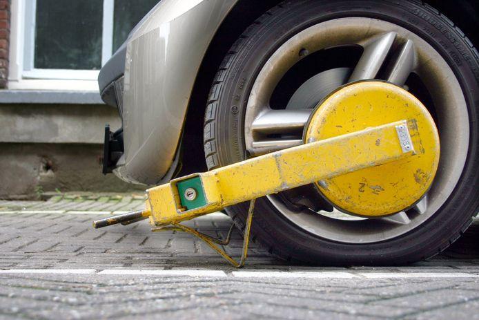 Ondanks een wielklem slaagde een 19-jarige jongeman er toch in zijn auto nog te verplaatsen.