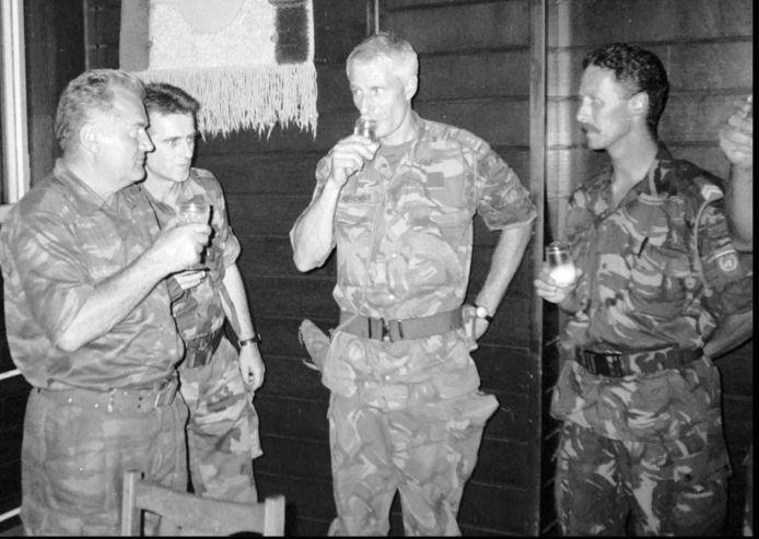Thom Karremans (tweede van rechts) heft het glas met de Bosnisch-Servische generaal Ratko Mladic (links).