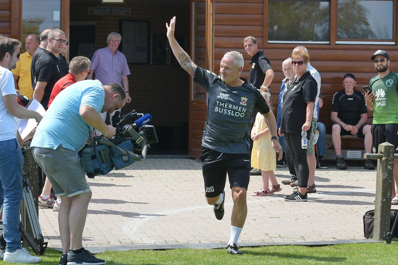 Jack de Gier betreedt voor het eerst het trainingsveld in Terwolde, als nieuwe hoofdtrainer van Go Ahead Eagles.