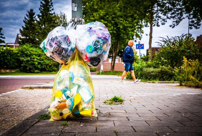 Afval is niet alleen in Sliedrecht een punt van discussie. Ook hier op het Joke Smit-erf in Dordrecht is het vuilnis een probleem.