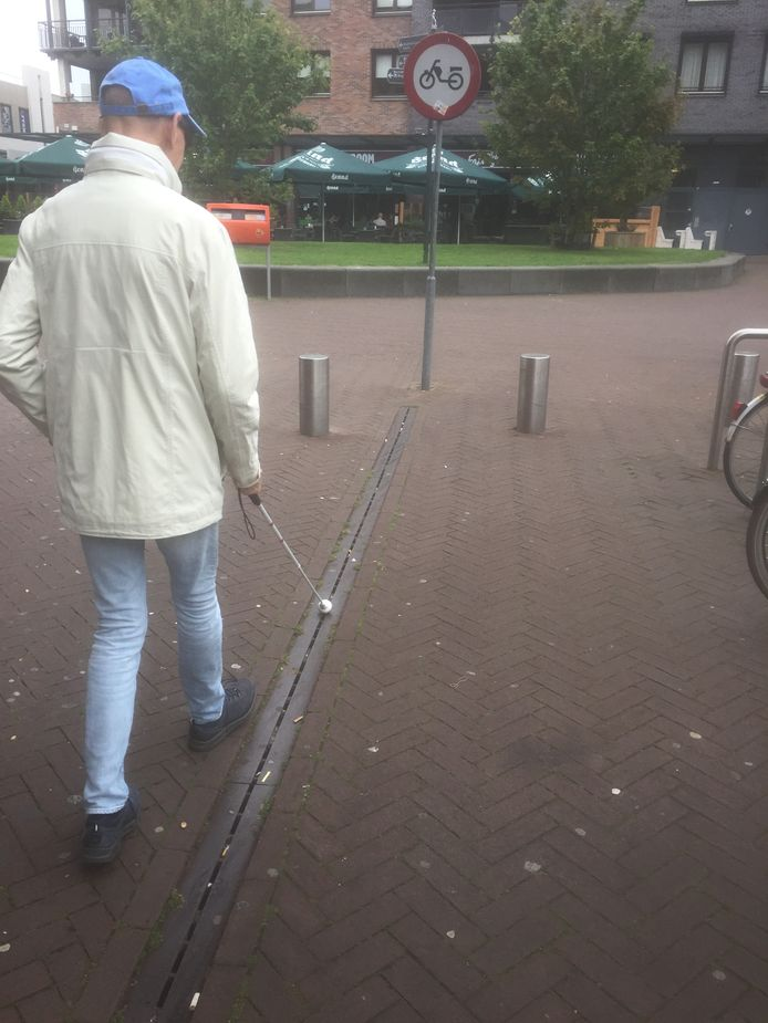 De geleidelijn loopt recht op een verkeersbord af. Wie is er hier nou blind?