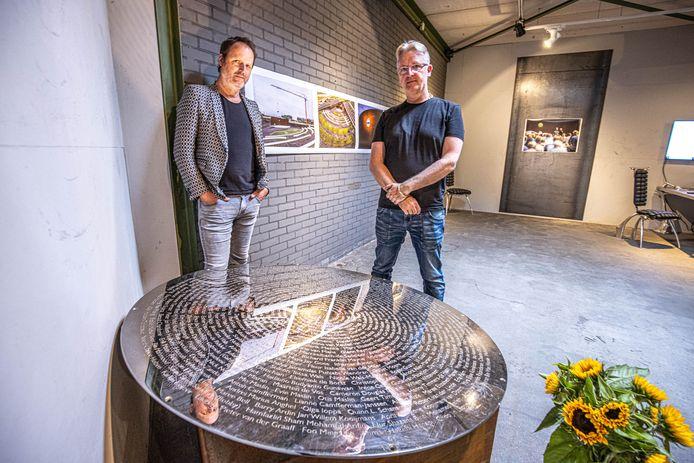 Fotograaf Raymond van Olphen en Ronald Westerhuis bij de proefplaat met namen van de 298 slachtoffers die omkwamen bij de rampvlucht met de MH17. De plaat is onderdeel van een twee weken durende expositie over de totstandkoming van het Nationaal Monument MH17 dat Westerhuis ontwierp.