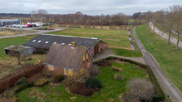 Een dichtgetimmerde boerderij aan de Voskuilerdijk. De gemeente Oldebroek heeft bijna alle benodigde gronden voor de nieuwe aansluiting op de A28 verworven. Het perceel van Gerrit en Grietje Fijn, op deze foto aan de andere kant van de A28 op de achtergrond, wordt deels onteigend.