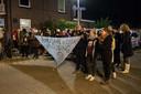 ENSCHEDE - Leden van Pegida Nederland hebben zich verzameld voor de moskee aan de Tweede Emmastraat om te protesteren tegen de islam. Een groep heeft zich nabij de demonstratie verzameld om een tegengeluid kenbaar te maken.