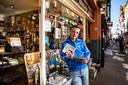 Hans Pijfers voor zijn winkel Bep Dylan in Deventer. Vandaag kun je zonder afspraak weer naar binnen.