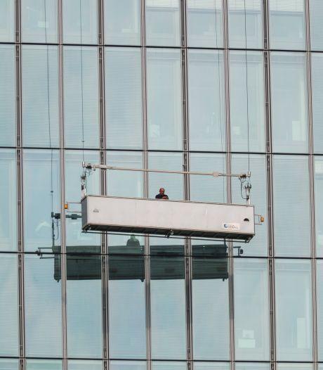 Glazenwasser hangt drie uur lang hoog in de lucht door defect