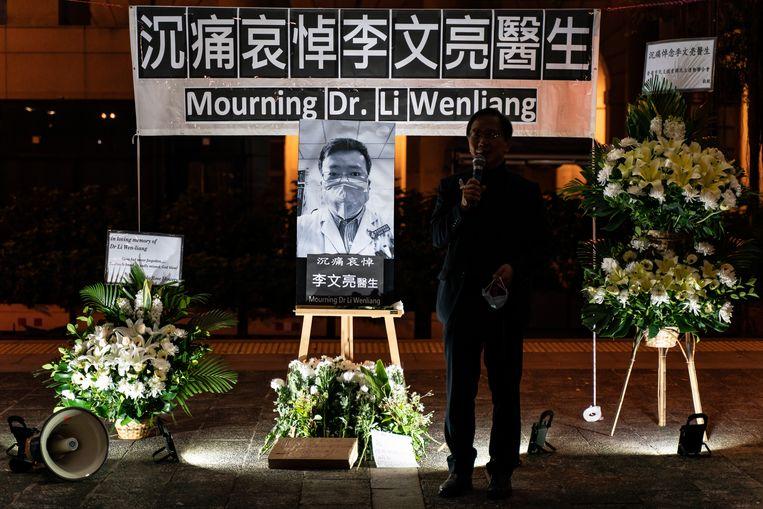 Een herdenkingsplek in Hong Kong voor dokter Li Wenliang de klokkenluider die zelf bezweek aan het nieuwe coronavirus. Beeld Getty Images
