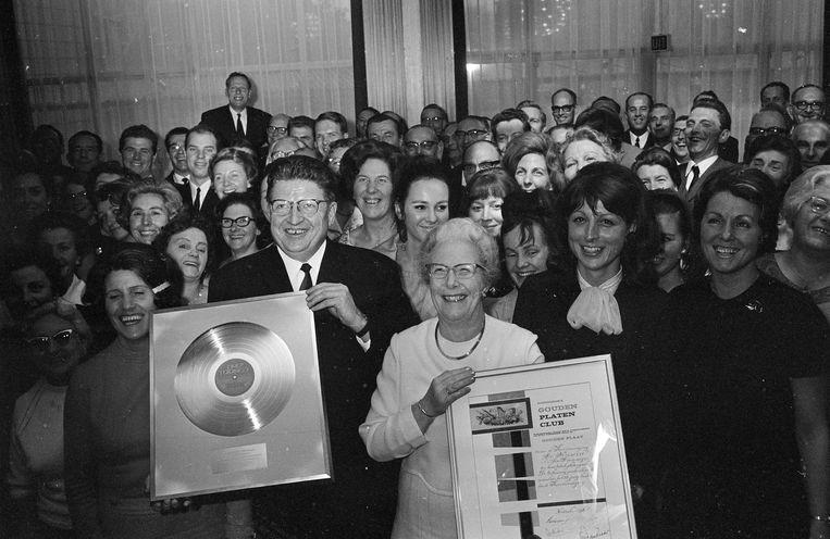Lex en Mies Karsemeijer krijgen een gouden plaat. Beeld Hollandse Hoogte /  ANP