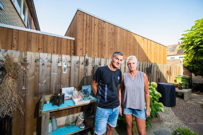Plotseling in een grote unit in achtertuin van buren. Zitten Meindert en Trudy de Haas opeens tegen een wand van 3 meter hoog en 6 meter lang aan te kijken.