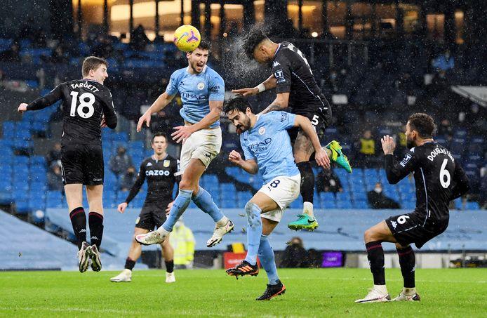 Een duel tussen Manchester City en Aston Villa in de Premier League.