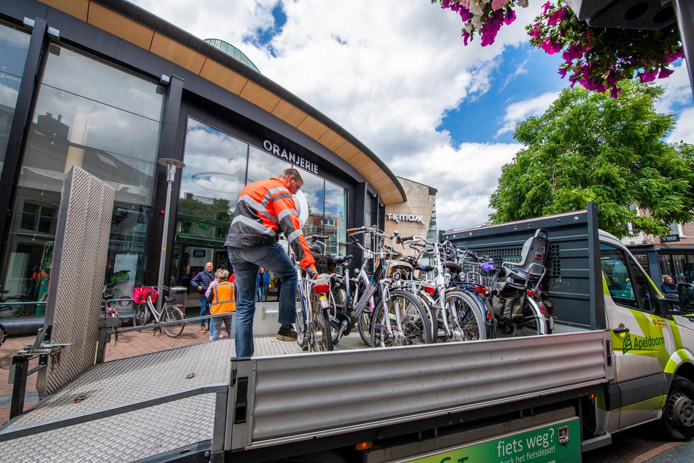 Fietsen worden verwijderd uit de Hoofdstraat. Door het parkeerverbod voor fietsen mijden Apeldoornse ouderen de binnenstad. Foto archief