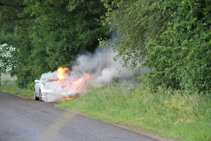 Er komt vuur en rook uit de Mercedes.