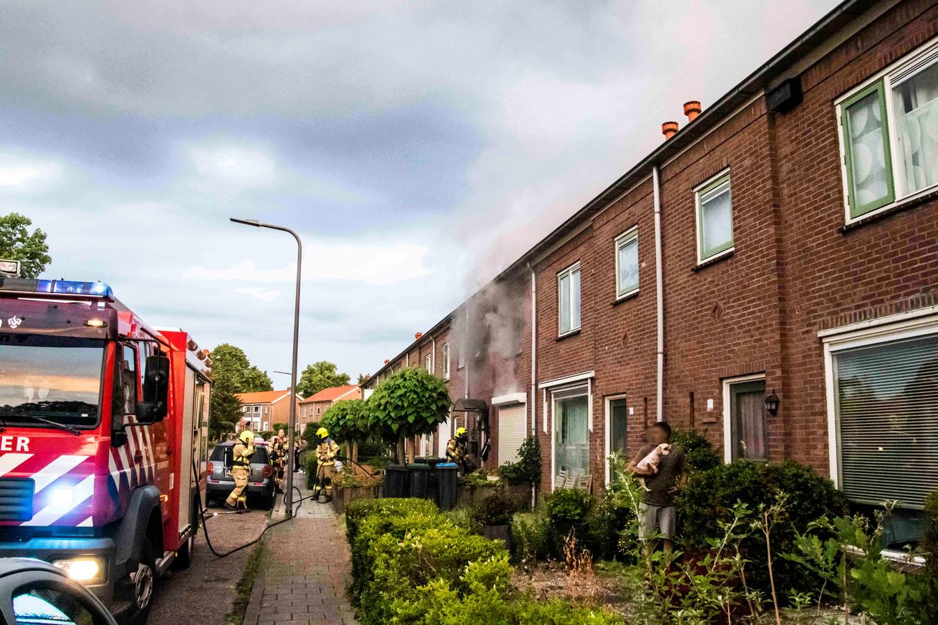 Vier van de dertien honden hebben een brand in een woning aan de Dr. Kuyperstraat in Dieren niet overleefd. De andere dieren zijn gered door de bewoners en brandweerlieden.