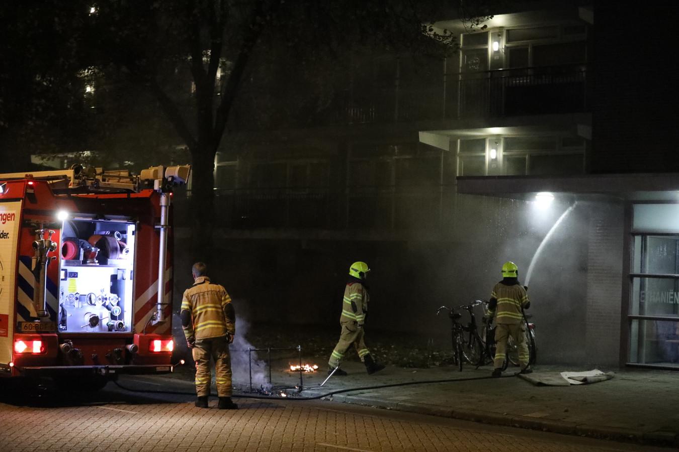 Een buurtbewoner heeft op de Bethaniënstraat in Arnhem een brand bij een entree van een flatgebouw bestreden. De brandweer bluste vervolgens het vuur.