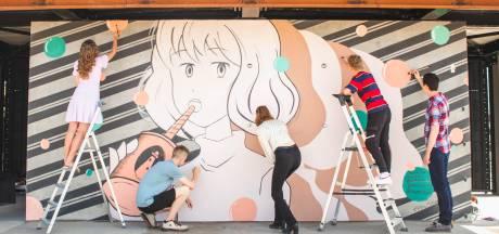Jongeren verrijken Urker strandpaviljoen met straatkunst