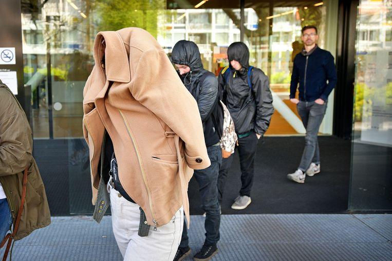 Sympathisanten van de 21-jarige Nijmeegse die een liedje zong over Thierry Baudet verlaten onherkenbaar de rechtbank in Amsterdam. Beeld Guus Dubbelman / de Volkskrant