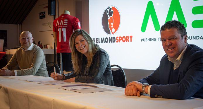Bestuurslid William Verkoelen (l) en commercieel manager Antoine Beije (r) hebben een deal gesloten met het Helmondse familiebedrijf AAE van Manon Pijnenburg.