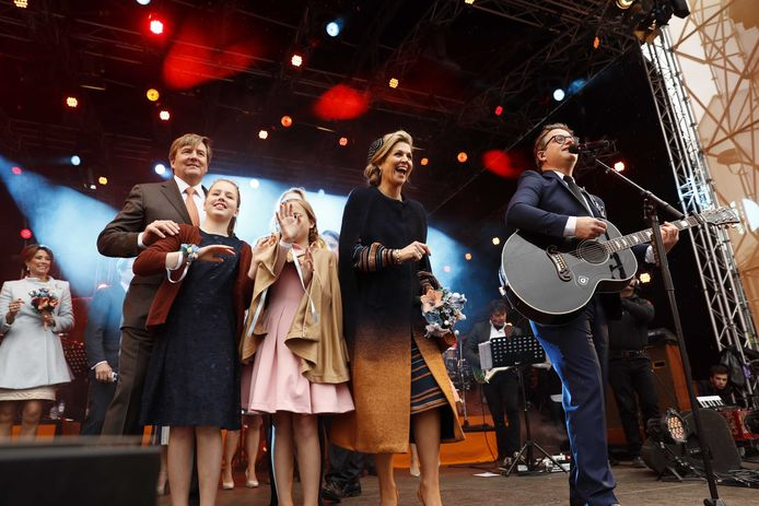 Guus Meeuwis op het Piusplein, naast de koninklijke familie.