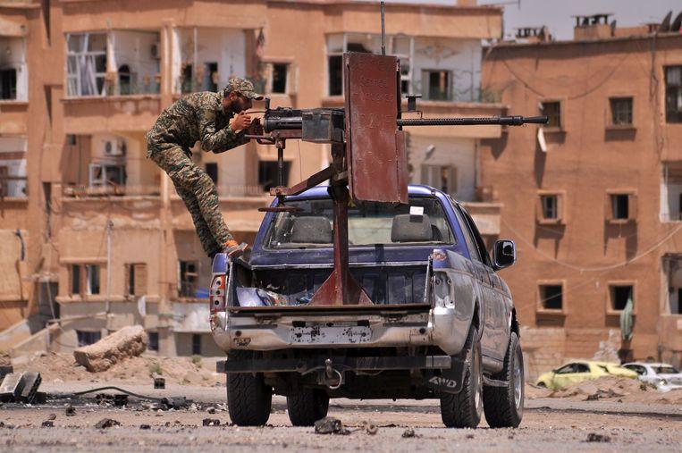Een lid van de Syrisch-Koerdische militie YPG in Hassakeh. YPG, een belangrijke partner van de VS, beweert belaagd te zijn door Turkije. Beeld afp