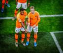 Georginio Wijnaldum heeft Oranje op 1-0 gezet tegen Estland en maakt met Frenkie de Jong een statement tegen racisme.