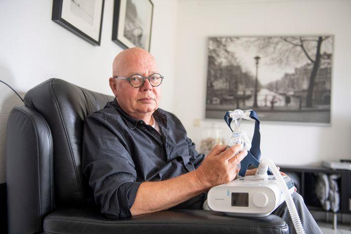 Wim Meijer uit Almelo slaapt al jaren met een CPAP-apparaat. Hij moet wel, want hij heeft ernstige slaapapneu (45 ademstops per uur). Hij zit dus behoorlijk in de rats, want de CPAPs moeten allemaal terug naar Philips.
