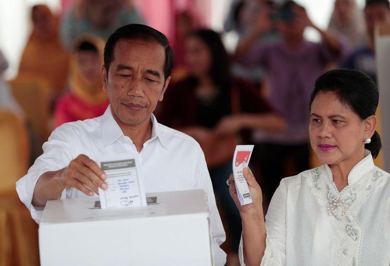 De Indonesische president Joko Widodo ('Jokowi') en zijn vrouw Iriana stemden woensdag in de hoofdstad Jakarta. Beeld AP