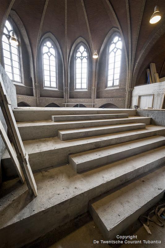 Op de bovenverdieping komt het idee van een altaar terug in de trap naar de wachtruimte.