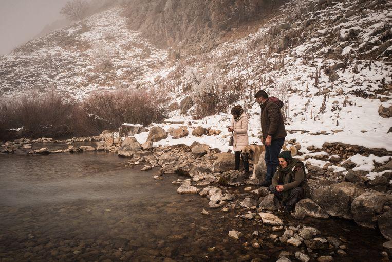Een familie bezoekt het besneeuwde pelgrimsoord Munzur Baba. De Munzur-rivier, die hier ontspringt, is het heiligste van het heiligste.  Beeld Nicola Zolin