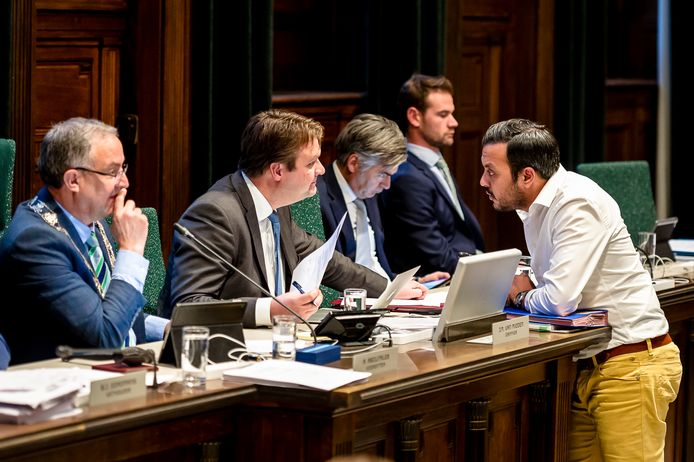 De begrotingsraad in 2017, met rechts NIDA-voorman Nourdin el Ouali.