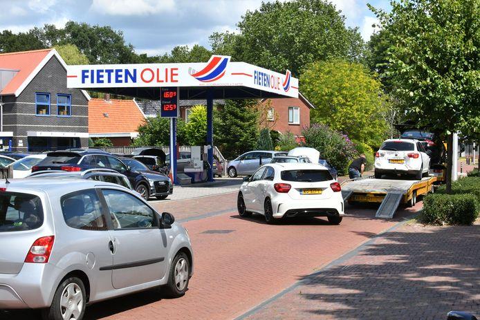 Volgens de gemeente zorgt het laden en lossen aan het Oosteinde voor gevaar. Daarom komt er een stopverbod. Tot ongenoegen van het autobedrijf Abbink.
