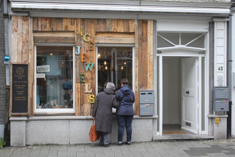 De winkel heeft een originele houten gevel.