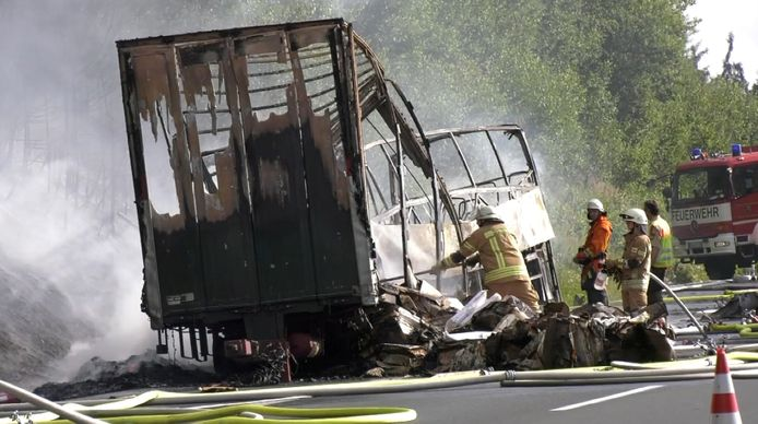 Van de bus, die volledig is uitgebrand, is weinig meer over.