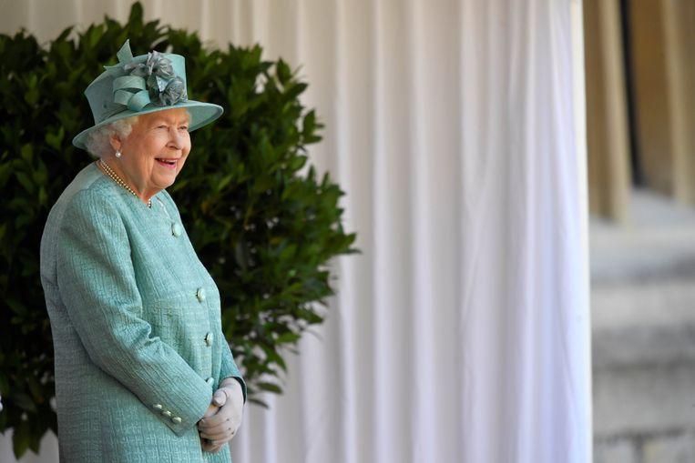 Britse koningin Elizabeth II zal de honderdjarige veteraan Tom Moore de eer van het ridderschap verlenen tijdens een plechtigheid vrijdag. Beeld Photo News