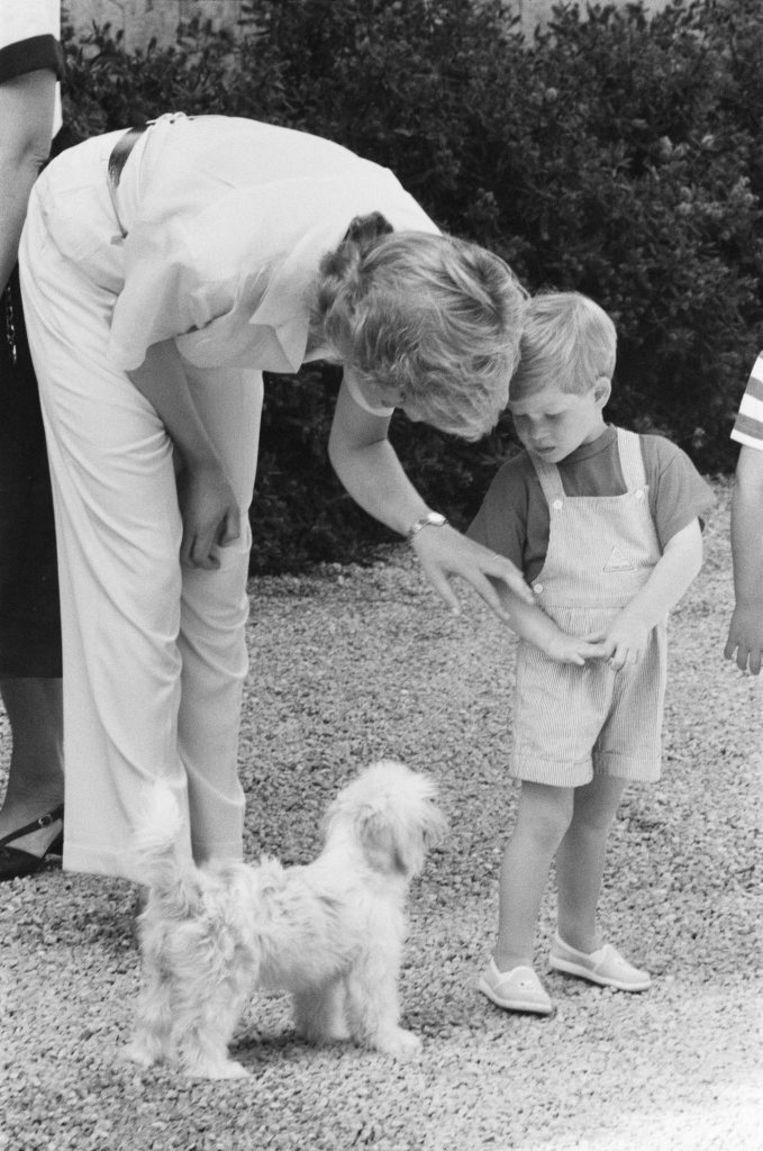 Prins Harry en zijn moeder begroeten samen de schattige viervoeter. Beeld Mirrorpix via Getty Images