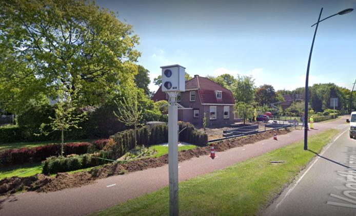 De flitspaal aan de Voorthuizerstraat in Putten. De wegwerkzaamheden op de achtergrond zijn inmiddels verholpen.