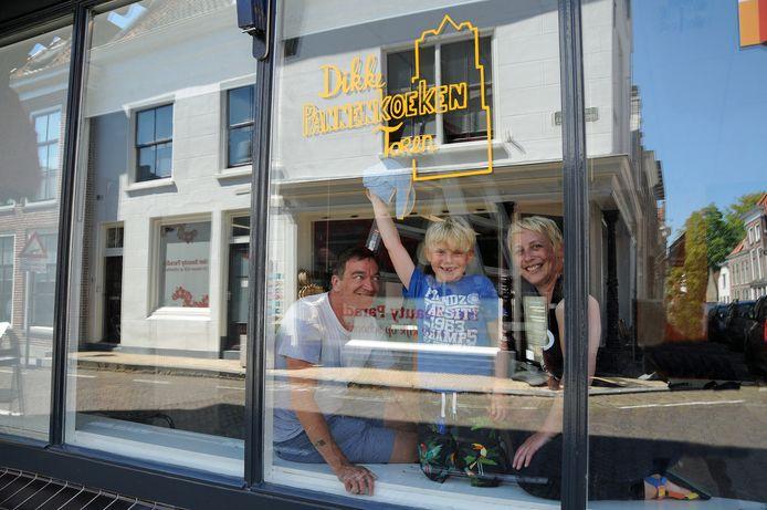 Gideon Droppert met zijn echtgenote Mardoe Kooiman en zoontje Rex (7) zijn nog flink aan het klussen in de nieuwe zaak aan de Nieuwe Bogerdstraat 2 in Zierikzee. Binnen is alles nog kaal, alleen de ramen zijn al voorzien van het nieuwe logo.