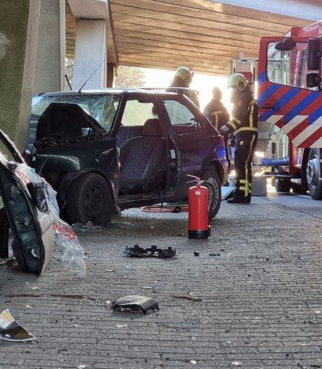 Auto botst frontaal op pijler van viaduct bij Borne, bestuurder gewond
