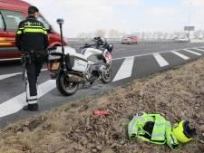 Motor van politieagent vat vlam op A59 bij Waalwijk